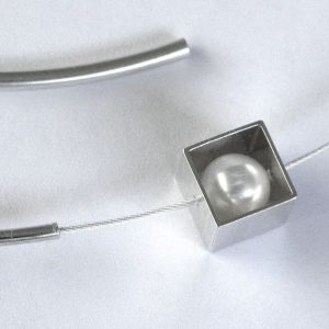 921 Pearl In Cube Necklace